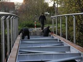 Landesgartenschau-Gelände in Grevenbroich: Erste von drei neuen Erftbrücken wird an der Apfelwiese montiert
