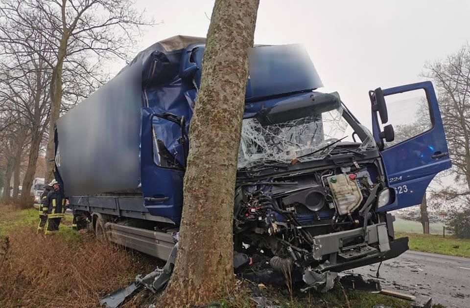 Lkw-Fahrer aus Wesel fährt in Brünen gegen Baum