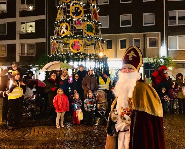 Nikolaus kommt in Wesel über den Rhein zum Dom