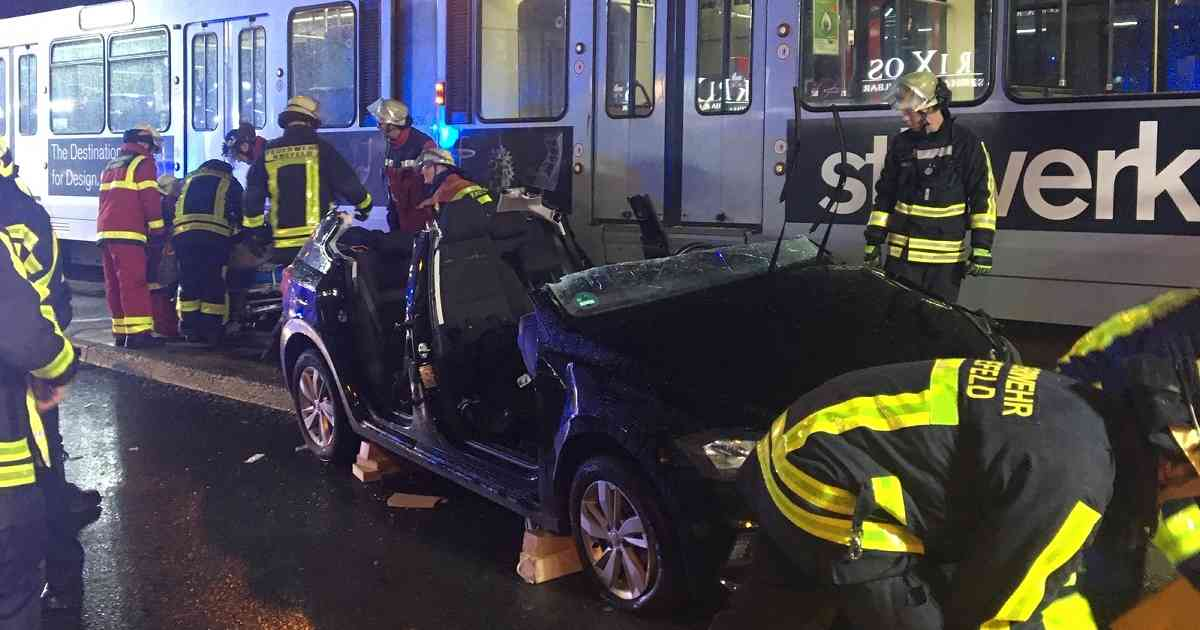 Hansastraße in Krefeld: Bahn prallt in Auto