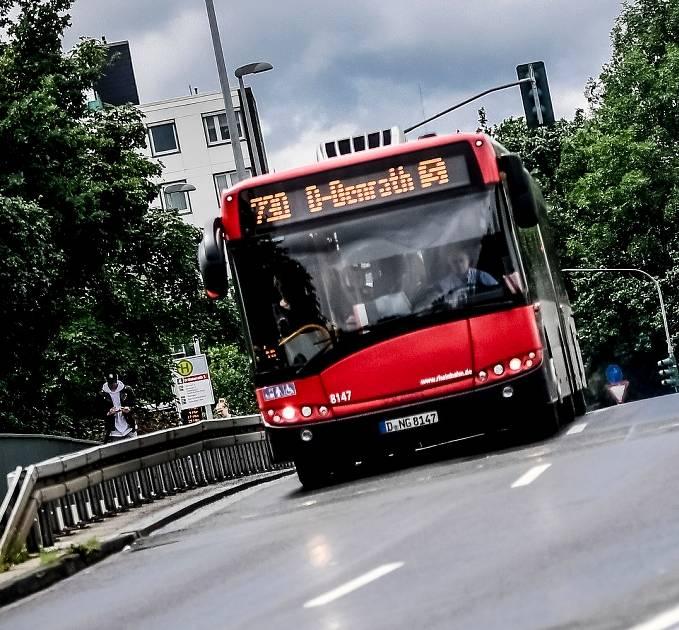 Düsseldorf: Gehbehinderte Frau in Bus zum Aufstehen gedrängt