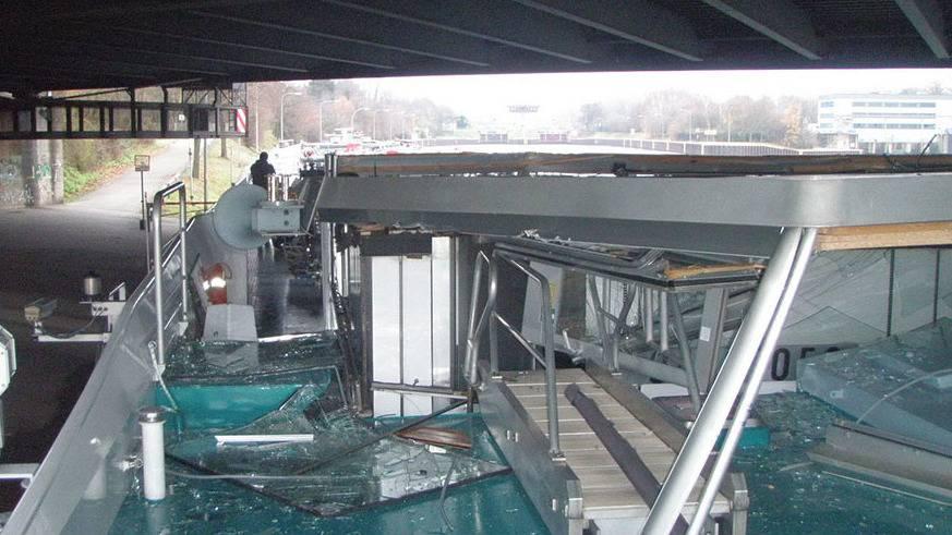 Duisburg: Schiff kollidiert mit Eisenbahnbrücke