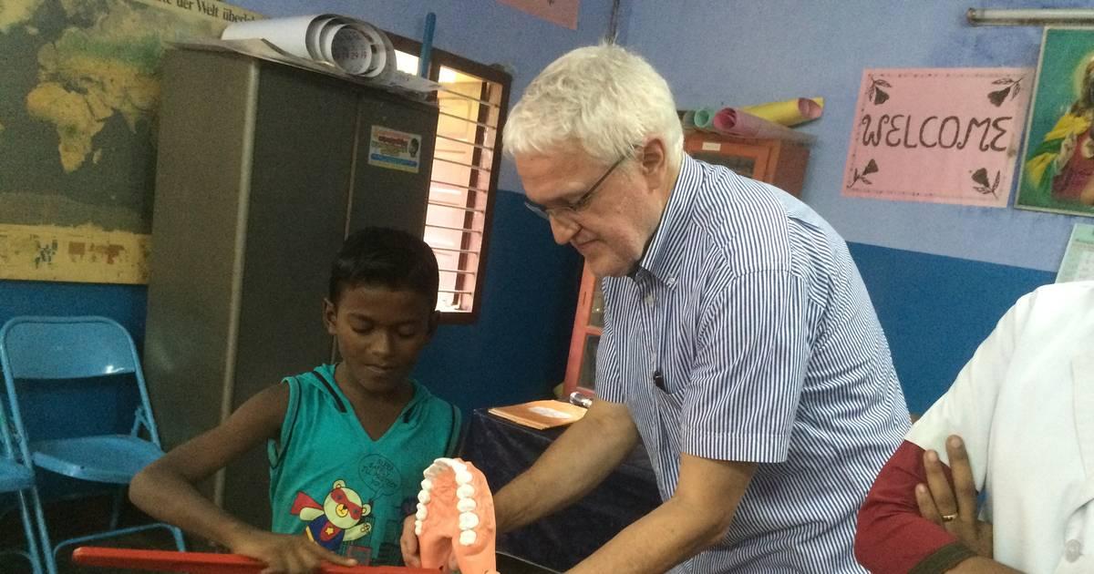 Duisburger Zahnarzt Manhardt Barthelmie untersucht Kinder in Indien
