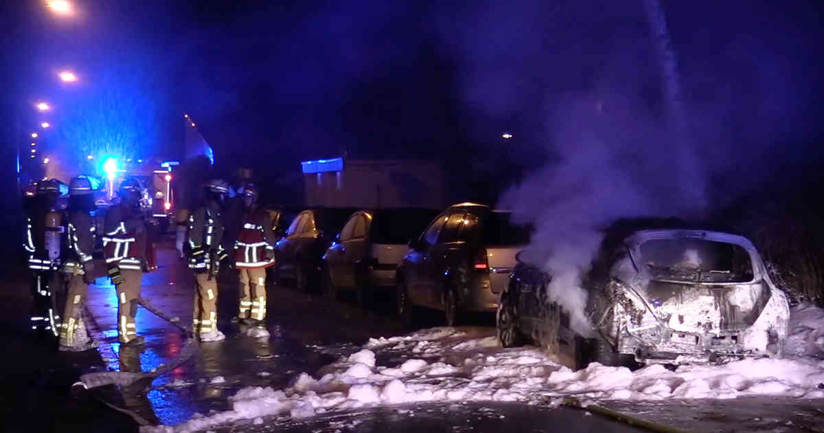 Duisburg: Feuerwehr löscht 14 brennende Fahrzeuge