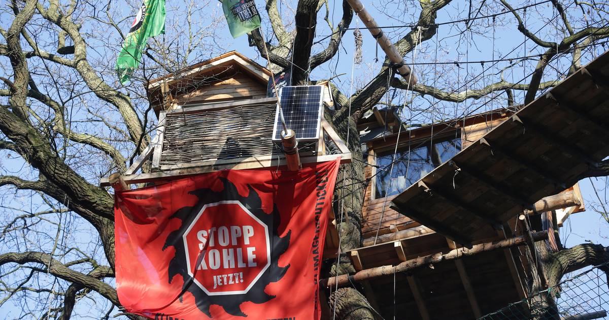 RWE am Hambacher Forst: Unbekannte stecken Trafostationen in Brand
