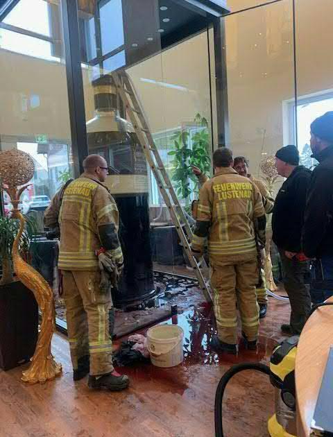 Feuerwehr rettet 1300 Liter Wein aus riesiger undichter Weinflasche