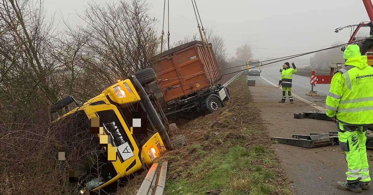 A46 bei Hückelhoven: Lkw landet bei Unfall in Böschung