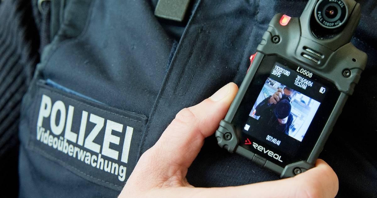 Polizisten im Rheinisch-Bergischen Kreis mit Bodycams auf Streife