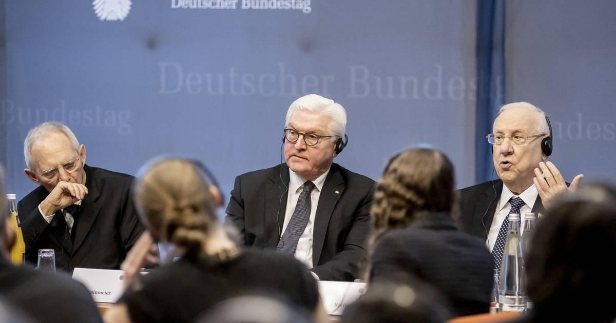 Frank-Walter Steinmeier und Reuven Rivlin sprechen mit Jugendlichen: Das ewige Lernen aus dem Holocaust