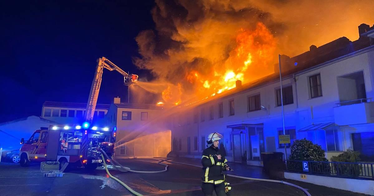 Millionenschaden entstanden: Rosenmontagswagen bei Großbrand in Euskirchen zerstört