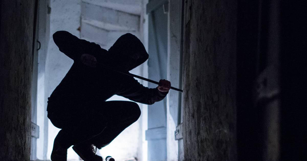 Vorfall in Krefeld: Einbrecher schlagen Glasscheibe ein