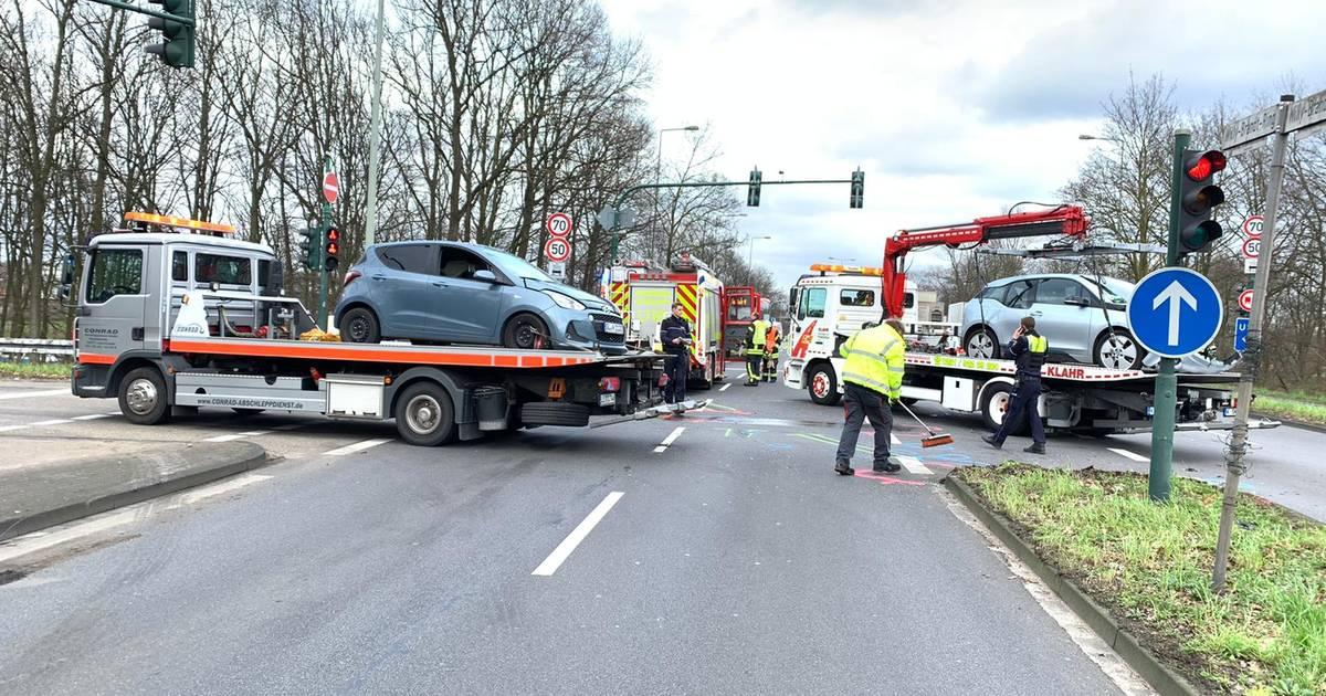 Elektroauto beteiligt: Zwei Verletzte bei Unfall auf dem Willy-Brandt-Ring