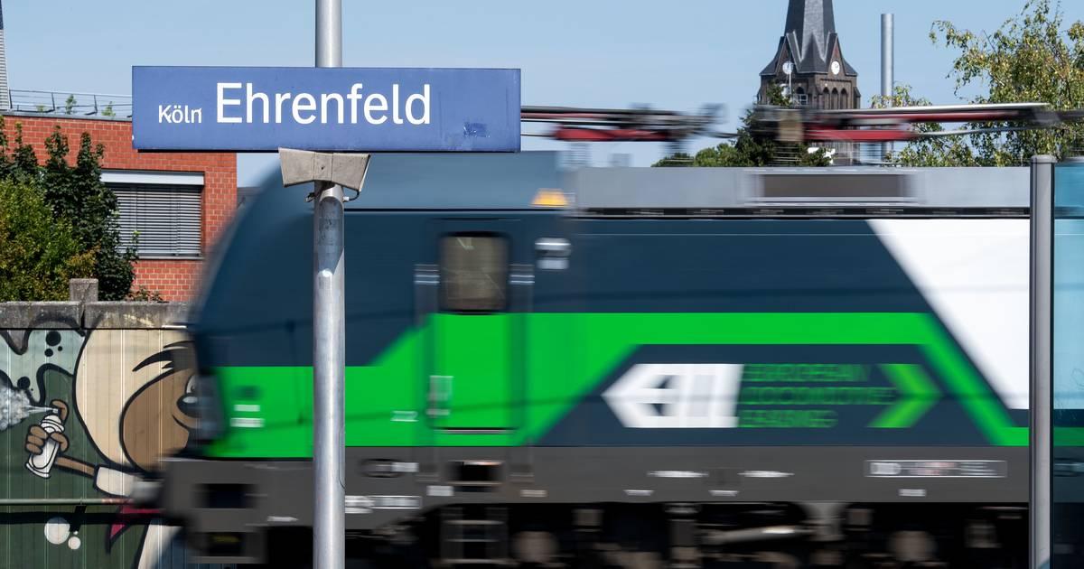 Bahnhof Ehrenfeld: Tödlicher Unfall in Köln - Frau von Zug überrollt