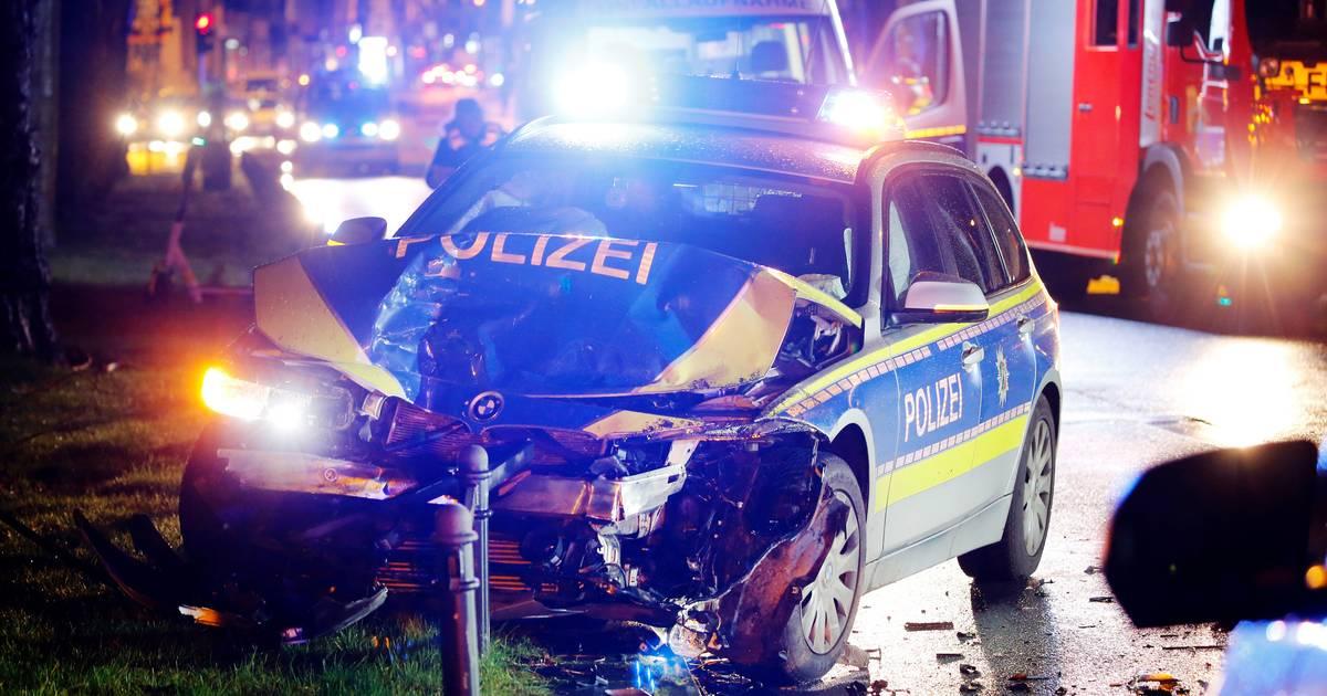 Zwei Beamte verletzt: Auf Weg zum Karnevalseinsatz - Taxi kollidiert in Köln mit Streifenwagen