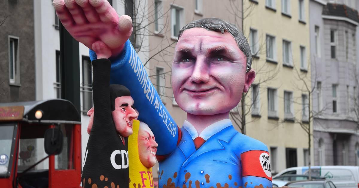 Rosenmontagszug in Düsseldorf: Höcke mit Hitlergruß und Mottowagen zu Hanau-Anschlag