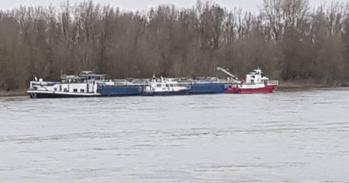 Nach Wassereinbruch: Tankschiff ist bei Xanten auf Grund gelaufen