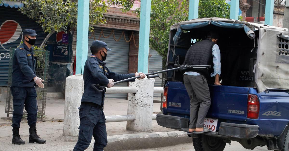 Zwei Meter lange Stangen: Nepals Polizisten nehmen Leute mithilfe von Klammern fest