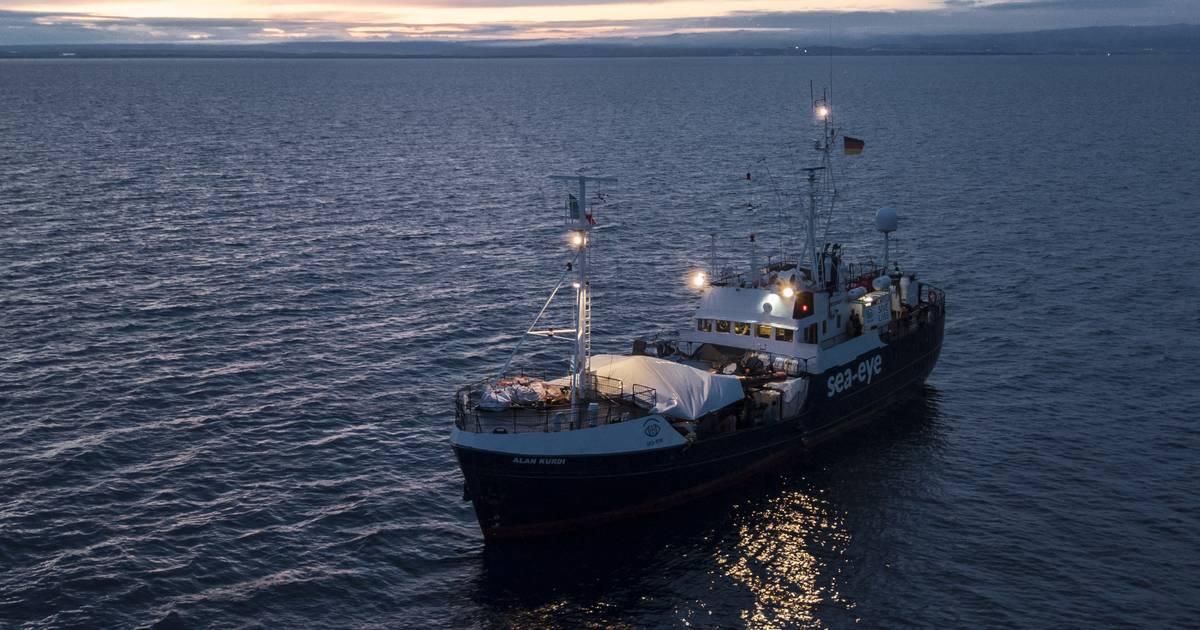"""Trotz Corona-Krise: Rettungsschiff """"Alan Kurdi"""" nimmt Migranten vor Libyen auf"""