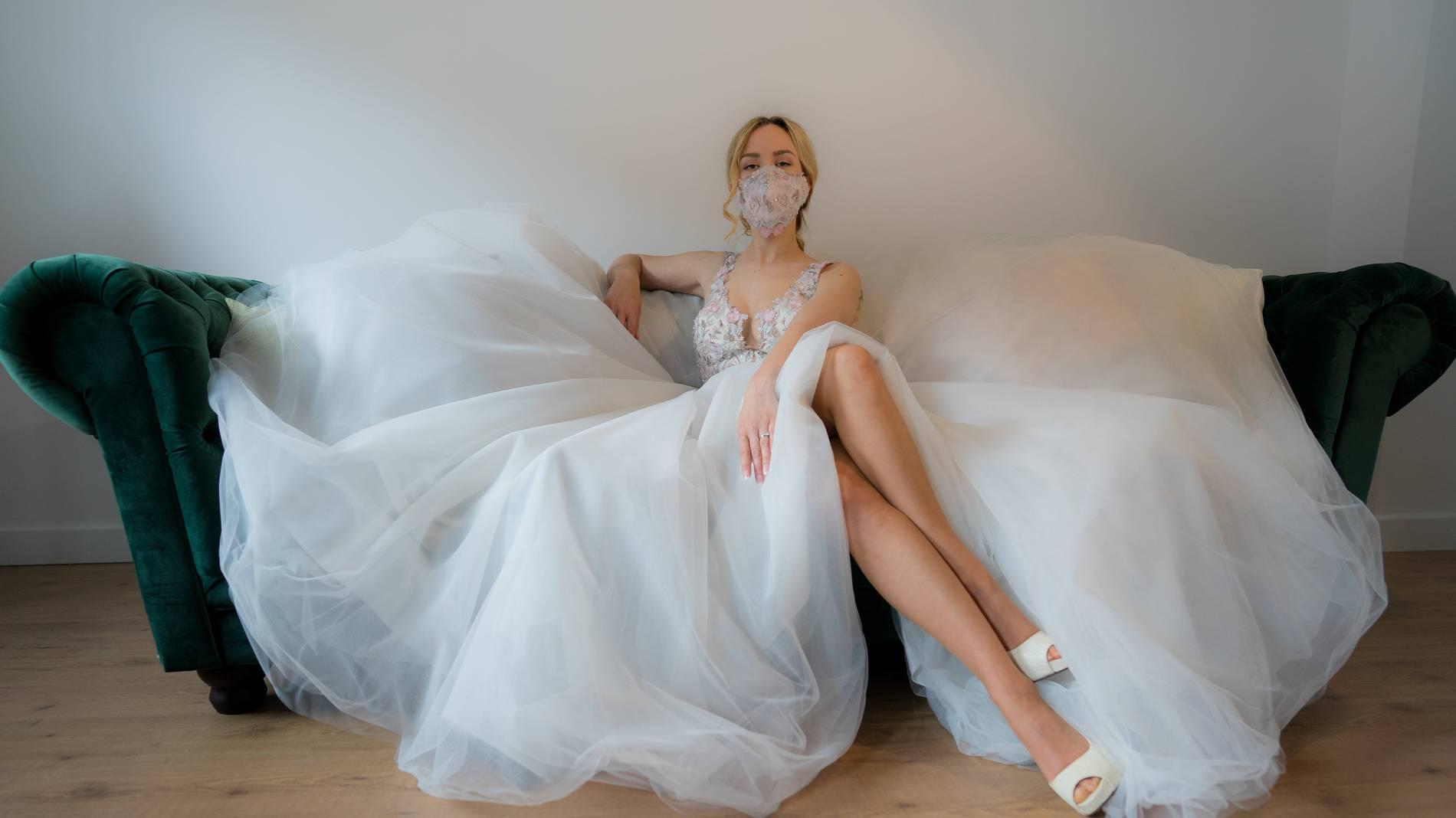 heiraten in corona-zeiten:bräute tragen mund-nasen