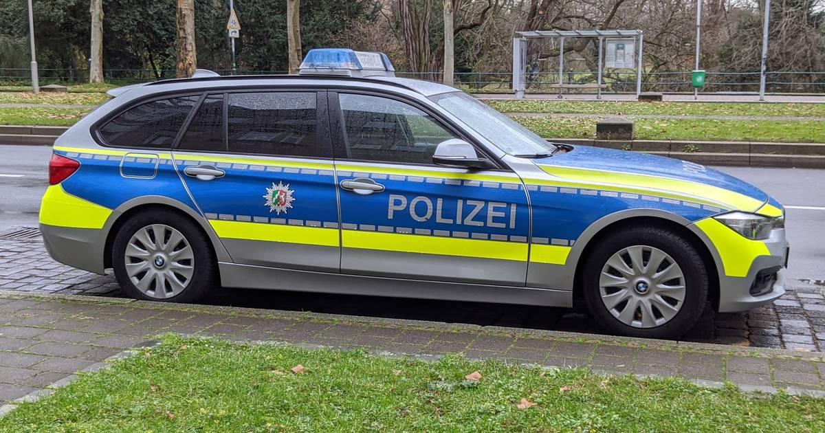 Düsseldorf-Altstadt: 18-Jähriger rekelt sich auf Motorhaube von Polizeiwagen