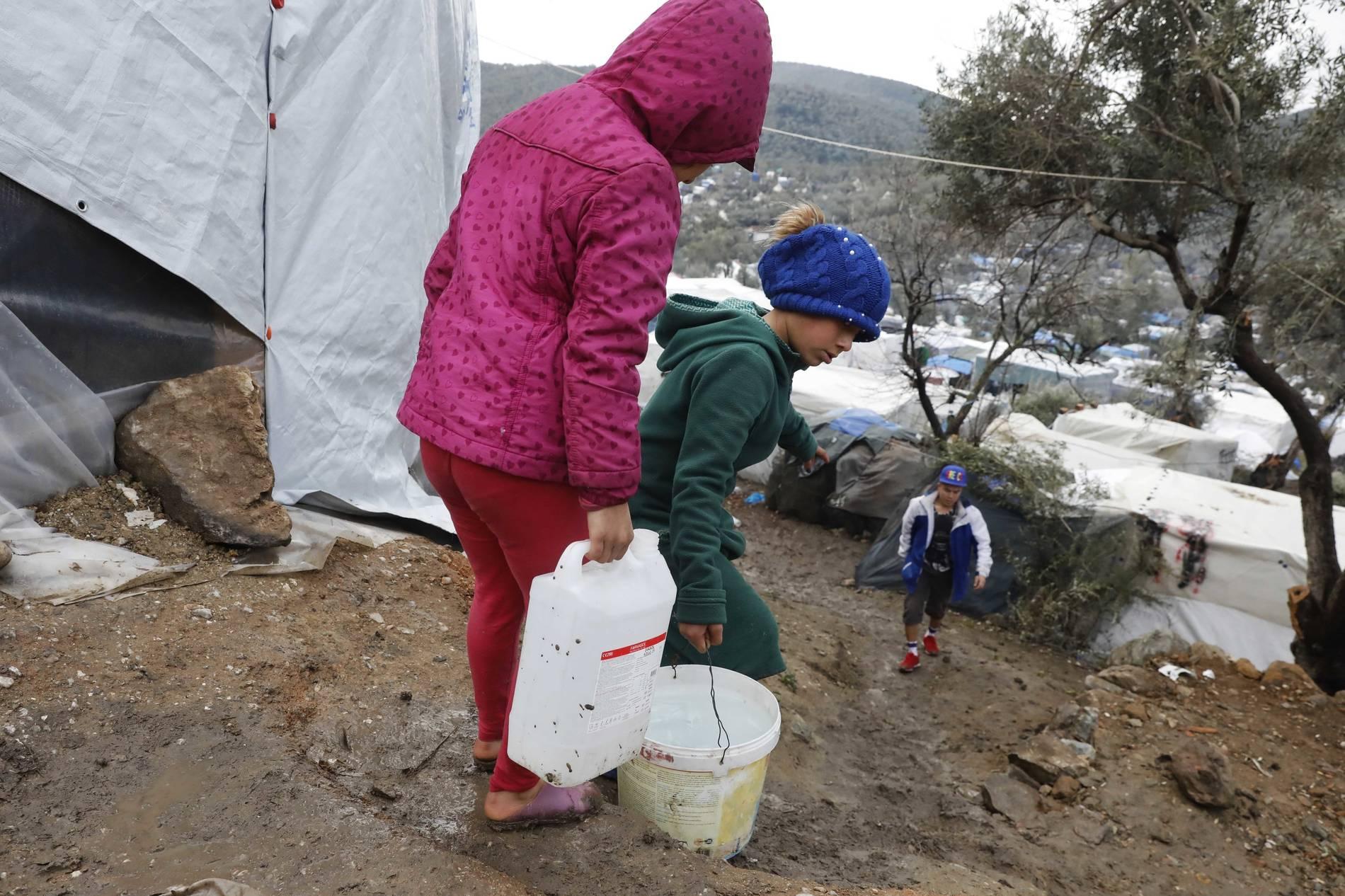 Kinder beim Wasser holen im Flüchtlingscamp Moria auf Lesbos