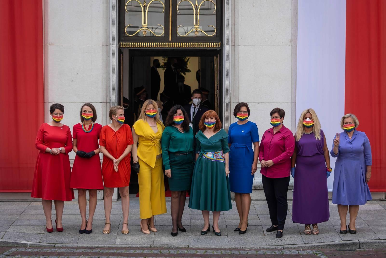 Polen: Opposition trägt Regenbogenfarben zur Vereidigung Dudas