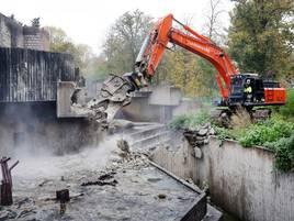 Elf Monate nach Brand: Letzte Abrissarbeiten an zerstörtem Affenhaus in Krefeld haben begonnen