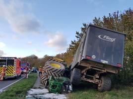 Unfall in Velbert: Traktor stößt in Kurve mit Auto zusammen – zwei Verletzte