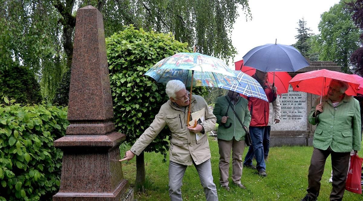 Experte führt über reformierten Friedhof